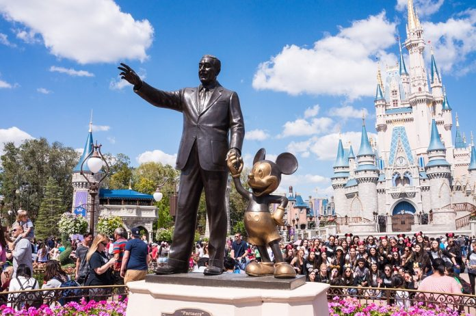Aux États-Unis, Disneyland ouvre un site de vaccination pour vaincre le covid-19